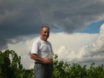 Grard FEVRIER devant sa vigne 