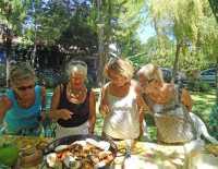 le regard de ces dames sur la macaronade de la mer