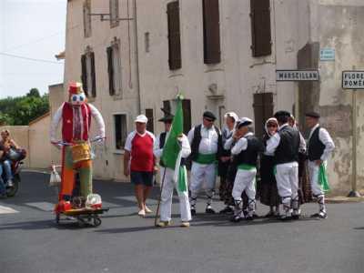 Mr Carnaval : Michou porte drapeau avec Maurice
