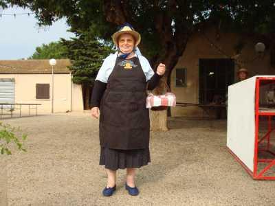 Mme LASCAR en costume de vendangeuse de l'Epoque