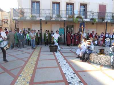 Rassemblement sur la place de la Mairie