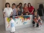 Les Assistantes Maternelles, La responsable du relais et les enfants devant leur oeuvre!