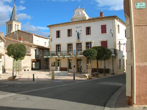 La place de la Mairie avec le bassin et le jet d'eau.